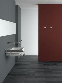 Badgestaltungselemente mit Funktion wie Haltegriffe und höhenverstellbare Badkeramik.