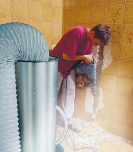 Das Luftreinigungsgebläse Air Clean im Einsatz bei einer Badsanierung.